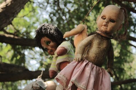 Just a few of the countless dolls adorning the trees. Image Source: Wikipedia